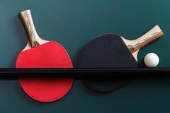 Racchetta di tennis con una palla sulla tavola Immagini Stock