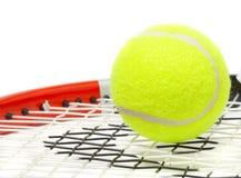 Racchetta di tennis con una sfera. Fotografie Stock Libere da Diritti