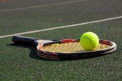 Racchetta di tennis con una sfera Fotografia Stock Libera da Diritti