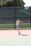 Racchetta di tennis d'oscillazione della giovane ragazza teenager ispanica Fotografia Stock Libera da Diritti