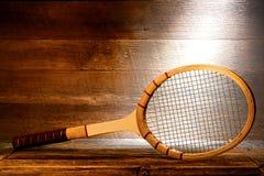 Racchetta di tennis di legno dell'annata nella vecchia soffitta della Camera Immagine Stock
