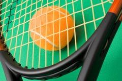 Racchetta di tennis e una sfera Fotografia Stock Libera da Diritti