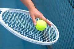 Racchetta di tennis Pallina da tennis della tenuta del giocatore a disposizione sul campo da tennis Immagine Stock