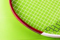 Racchetta di tennis sopra la superficie del sintetico Immagini Stock