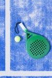 Racchetta e palla del fondo di paddle tennis Immagine Stock Libera da Diritti