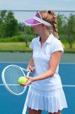 Racchetta e palla di tennis della tenuta del tennis sul campo da tennis Fotografia Stock Libera da Diritti