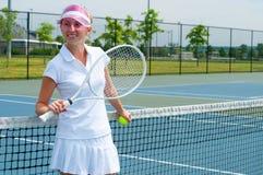 Racchetta e palla di tennis della tenuta del tennis sul campo da tennis Fotografie Stock Libere da Diritti
