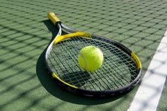 Racchetta e sfera di tennis su bianco immagine stock libera da diritti