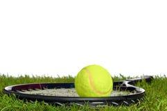 Racchetta e sfera di tennis su erba Fotografia Stock