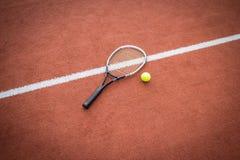 Racchetta e sfera di tennis sulla corte Immagini Stock Libere da Diritti