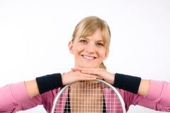 Racchetta pendente sorridente dei giovani della donna del giocatore di tennis Immagini Stock Libere da Diritti