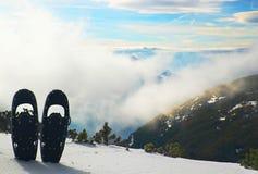 Racchette da neve nere di divertimento in neve al picco di montagna, giorno di inverno soleggiato piacevole Immagini Stock Libere da Diritti