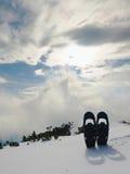 Racchette da neve in neve al picco di montagna, giorno di inverno soleggiato piacevole Fotografia Stock