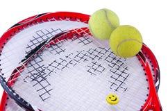 Racchette di tennis con due palline da tennis isolate su bianco Fotografie Stock Libere da Diritti