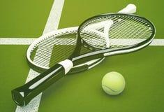 Racchette di tennis con la palla sul fondo verde della corte Fotografia Stock