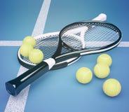 Racchette di tennis con le palle su fondo blu Fotografia Stock