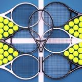 Racchette di tennis con le palle sulla corte della superficie dura Fotografia Stock