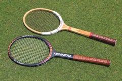 Racchette di tennis d'annata di Donnay e di Wilson sul campo da tennis dell'erba Fotografia Stock