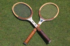 Racchette di tennis d'annata di Wilson sul campo da tennis dell'erba Immagine Stock