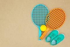 Racchette di tennis, palla e scarpe verdi fotografia stock