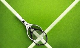 Racchette di tennis sulla corte della superficie dura Ambiti di provenienza di tennis Fotografie Stock Libere da Diritti