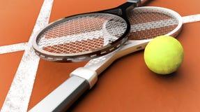 Racchette di tennis vicino ad una palla gialla su una corte rossa mattone Immagini Stock Libere da Diritti