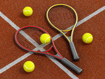Racchette e palla di tennis sul campo da tennis in terra battuta Immagine Stock