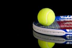 Racchette e sfera di tennis fotografia stock libera da diritti