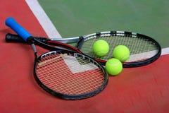 Racchette, sfere e corte di tennis Fotografia Stock