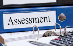 Raccoglitore blu di valutazione in ufficio Fotografia Stock Libera da Diritti