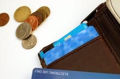 Raccoglitore con la carta di credito e le monete Fotografia Stock