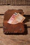 Raccoglitore con le banconote della rupia e dell'euro immagini stock