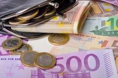 Raccoglitore con le euro banconote e monete Fotografie Stock Libere da Diritti