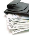 Raccoglitore di cuoio nero con euro soldi sopra bianco, isolato Immagine Stock Libera da Diritti