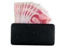 Raccoglitore di cuoio nero con l'isolato delle note del yuan Fotografia Stock Libera da Diritti