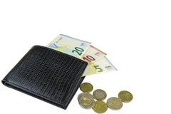 Raccoglitore nero del Mens Lle banconote di 5, 10 e 20 euro Alcune monete Isolato su priorità bassa bianca fotografie stock
