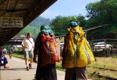 Raccoglitrici del tè alla stazione di Nanu-Oya Immagini Stock Libere da Diritti