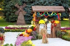 Raccolga le verdure su commercio equo e solidale in un padiglione di legno Mostra ucraina tradizionale stagionale dei risultati d Immagini Stock Libere da Diritti