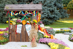 Raccolga le verdure su commercio equo e solidale in un padiglione di legno Mostra ucraina tradizionale stagionale dei risultati d Fotografie Stock