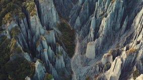 Raccolta aerea della clip, culmini di Putangirua, formazioni dei menagrami della Nuova Zelanda stock footage
