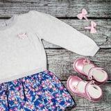 Raccolta alla moda dell'abbigliamento casual della neonata su un fondo di legno Fotografie Stock