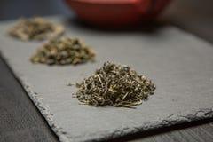 Raccolta asciutta del tè dei tipi differenti su fondo nero Fotografia Stock Libera da Diritti