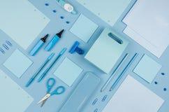 Raccolta blu della cancelleria dell'ufficio sul fondo pastello molle della carta blu, vista superiore Immagine Stock Libera da Diritti