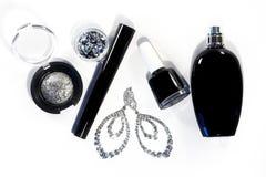 Raccolta con gli strumenti dei cosmetici Adatti uguagliare l'insieme decorativo con gli accessori di trucco, lo smalto nero, gli  Immagini Stock