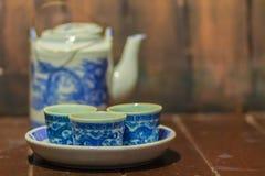 Raccolta d'annata dell'insieme di tè blu della porcellana con la teiera ed il tè Immagine Stock