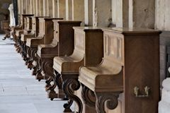 Raccolta d'annata peculiare dei piani stata allineata nei conventi luminosi del monastero immagini stock libere da diritti