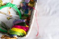 Raccolta degli accessori del cucito - tela, cerchio, mouline del filo Vista superiore fotografia stock libera da diritti