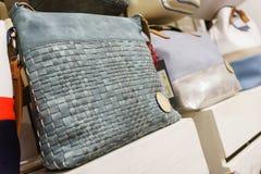 Raccolta degli accessori e delle borse di cuoio sugli scaffali nella sala d'esposizione Fotografie Stock Libere da Diritti