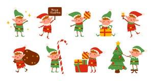 Raccolta degli elfi di Natale isolati su fondo bianco Pacco di piccoli assistenti del ` s di Santa che tengono i regali di festa  royalty illustrazione gratis