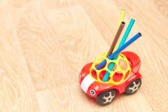 Raccolta degli indicatori variopinti per il disegno, supporto in un giocattolo, rosso, bambino, macchina Vista verticale Copi lo  immagini stock libere da diritti